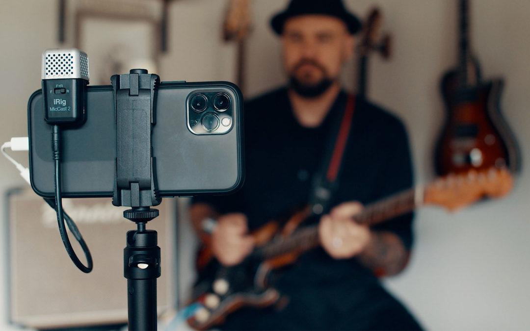 ポケットサイズで簡単にデバイスに取り付けられるアナログ接続マイクロフォン「iRig Mic Cast 2」
